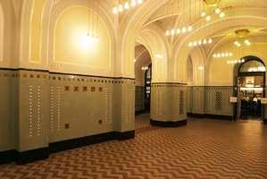 Nyrestaurert jugendstil i et kjellerlokale i hva som kan betegnes som Prahas Folkets Hus. Det er delte vegger og søyler med fliser og dekormalte himlinger.
