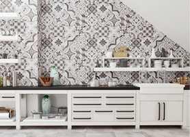 Fliser over hele veggen er ikke noe som kun passer for baderommet. På kjøkkenet er flisvegger både praktisk og pent.