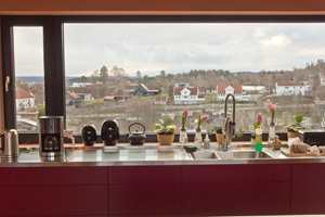 <b>PRAKTISK STÅL:</b> Kjøkkenøyen er kledd med sort granitt, og benken langs vinduet har en praktisk benkeoverflate i rustfritt stål.