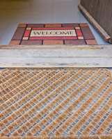 Bruk et grovt mønstret teppe utenfor døren, og et finere inne.