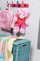Sett farge på knaggrekken, og plasser barnas knagger i passe høyde.