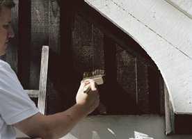 <b>PROFF:</b> Skal du sette bort jobben, bør du ta en skikkelig kompetansesjekk av håndverkeren. (Foto: Nordsjö)