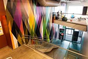 Vestibylen og trappene følger opp i samme fargerike stil.