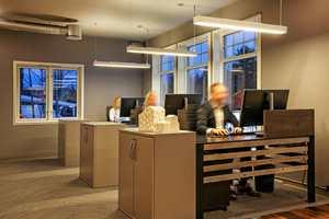 Utstrakt bruk av teppefliser gjør at kontorlandskapets akustikk fungerer utmerket.