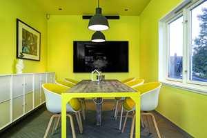 Møterom er et must hos en eiendomsmegler – og her er de delikat og praktisk innredet, med munter fargebruk.