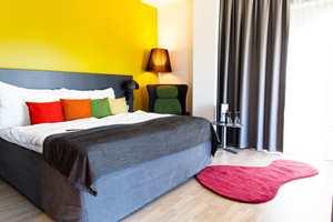 Rommene er definitivt innredet med tanke på trivsel. Små fargerike, avpassede tepper, sammen med andre tekstiler gjør hotelloppholdet til en fargerik opplevelse.