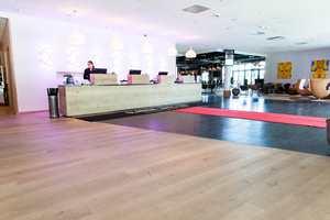 På Clarion Hotel Energy i Stavanger blir du møtt av en stilfull og romslig resepsjon der overflater av tre dominerer inntrykket.