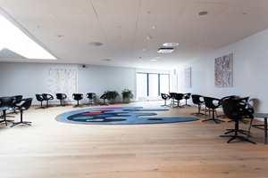 I hver etasje finner vi sittegrupper som er unikt utformet slik at det skal være lettere for gjestene å orientere seg.
