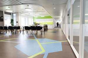 Fellessonene har gulv med spesialdesignet mønster, tilskåret på stedet. Et avansert kunsthåndverk utført av gulvleggere fra Oslo Tapet og Gulvbelegg.