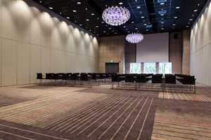 Det største konferanselokalet kan deles opp i tre saler; veggene på siden her kan åpnet og samlet areal blir da ett tusen kvadratmeter.