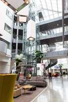 I den lyse, romslige lobbyen finner vi en resepsjon med kapasitet til å effektiv håndtere et større reisefølge.