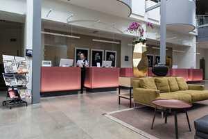 I lobbyen finner vi en fargerik og effektiv resepsjon.