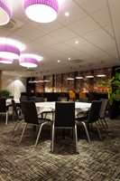 Sittegruppene i lobbyen, like ved baren, får også tankene til å gå til norsk natur, med spesialdesignet tapet med dekor av strå som blafrer i vinden i et skjær av lilla og oransje toner.