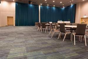 I konferanseavdelingens virkelige storsal er det lagt vekt på dempet fargebruk og optimale akustiske forhold.