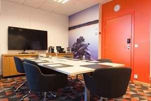 I tillegg til at møterommene preges av «sine» spesifikke farger, er interiørene myket opp med fototapet med motiver fra norsk natur.