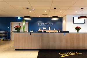 I resepsjonen til hotellenes felles konferanseavdeling er bakveggen holdt i den typiske Radisson Blu-blåfargen.