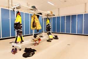 Grovgarderoben er innredet for raskest mulig påkledning av utstyr når alarmen går.
