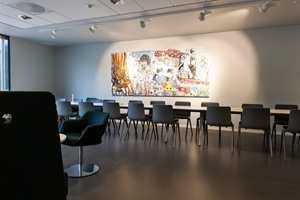 Den romslige kantinen er dekorert med et absolutt relevant kunstnerisk innslag.