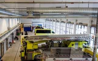 Vognhallen er bygget etter alle kunstens regler for rask utrykning og for vedlikehold av biler og utstyr.