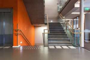 Hovedtrappen har vegger dekorert med eksklusiv stukko lustro puss med gjennomtenkt fargebruk.