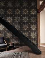 Det er ingen regel at en trapp skal være hvit. Noen ganger vil sort være perfekt, som her mot et mørkt tapet fra Sanderson/INTAG.