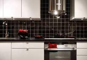 Sprutsonen på kjøkkenet får gjennomgå. Matfett og vannsøl gjør at halvmeteren trenger en vask daglig. Fliser fra Golvabia.