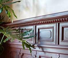 03. Pudderrosa vegger møter et mye mørkere, plommefarget panel, og palmeinnslaget gir liv og rolig kontrast.