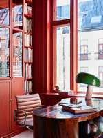 04. På kontoret har tak, vegger og skap fått samme, varme rødfarge.