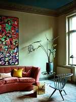05. Stuen går i harmoniske, blå- og grønnfarger, som kommuniserer med fargene på kjøkkenet og på den måten  skaper en samhørighet rommene imellom. .