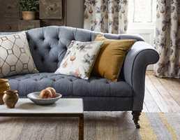 <b>TEKSTILER:</b> Et hjem må ha puter og pledd. Velger du fargerike tekstiler, vil det smitte over på resten av rommet. Disse er fra Sanderson/INTAG. (Foto: INTAG)