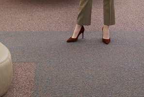 EN MYK START: Med teppe på gulvet er det godt å svinge beina ut av sengen på morgenen. Tepper samler opp støv, og holder det på plass til du kommer med støvsugeren.