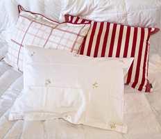 Sommerdyner i dun finnes i flere varianter. Her utlånt fra Fru Lyng respektive Nordic Form. Sammen med sengetøy i satengvevet bomull gjør sommerdundyner sengen til en sval og frisk plass, også de varmeste av sommernetter. Sengetøyet kommer fra Fru Lyng.  Foto: Kristian Owren/ifi.no