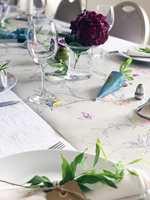 <b>LØPER:</b> En løper av tapet er dekorativt på bordet, og kan brukes om igjen som bordbrikker hvis det søles på den.