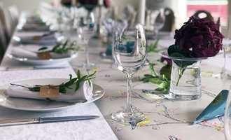 Sommerfest, dåp, konfirmasjon eller bursdag. Festlighetene står i kø. Med tapet på bordet er det lite som skal til for å løfte stemningen.