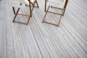 Nytt treverk kan raskt få en grålig, slitt farger - uten å være oppsprekket og flisete.