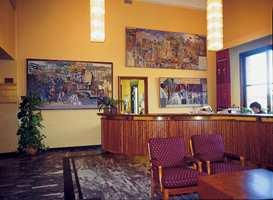Resepsjonen i administrasjonen er pusset opp hvor malte flater er kombinert med den opprinnelige bruk av stein som gulvmateriale. Det enkleste er ofte det beste.