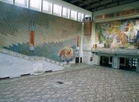 Marmoren på veggene i Rådhussalen var etter minst tyve år under renggjøring blitt svært skitne. Veggene ble skuret med vann og grønnsåpe og resultatet ble upåklagelig!