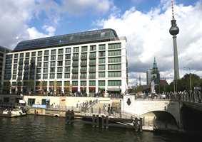 Radisson SAS Hotel ved elva Spree og TV-tårnet ved Alexander Platz i bakgrunnen.