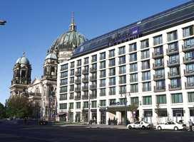 Fasaden med Berliner-domen som nærmeste nabo.
