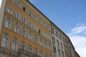 En pusset og malt fasade bør tilstandsvurderes årlig av en malermester. En slik vurdering vil avgjøre rengjøringsmetoden.