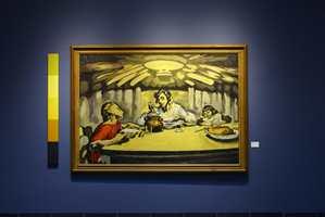 <b>RAMME:</b> En mørk veggfarge kan være en fin ramme som fremhever kunst og møbler i hjemmet. Maling fra Flügger.