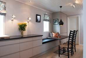 Belysning er mer enn lamper – også på et kjøkken. En godt gjennomtenkt plan for ulike rom og soner tar hensyn til alle behov; arbeidslys og hyggelig stemning.