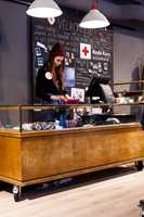 Retro disk: Kjøpmannsdisken fant Anna Almqvist på Finn.no. Den har tidligere stått i et utstillingsrom for Nudie Jeans. – Det meste av interiøret i butikken er gjenbruk, sier hun.