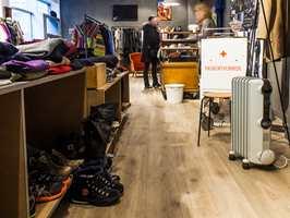 Lyse gulv: På gulvet ligger et elleve millimeter tykt høytrykkslaminat fra Berry Alloc. Det lyse gulvet gir rommet et robust preg og står godt mot butikkens øvrige stil.