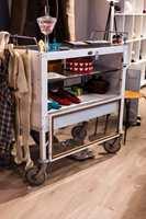 Medisin på hjul: Dette medisinskapet sto på Røde Kors-huset i Oslo. Nå står det i butikken og fungerer som skap Og hylle. Alle løse elementer i butikken står på hjul slik at de lett kan flyttes. Planen er å bruke butikken til kulturinnslag og konserter.