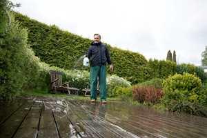Vannet løsner skitten fra overflaten og rengjøringsmidler som terrassevask og kraftvask sitter lenger på uten å tørke når det er regn og fuktig vær.