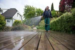 Til terrasserengjøring brukes sterke såper som må skylles grundig vekk før ny beis påføres.  Foto: Jordan