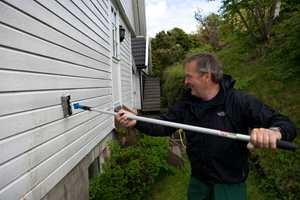 I regnvær er det optimale forhold for å vaske fasade, husvegger og gjerder. Regnet hjelper å fukte ned flatene.