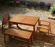 Textrol er et produkt fra Owatrol som terrassen og utemøblene dine vil elske. Den mettende oljen trenger dypt ned i treverket og fyller porene.