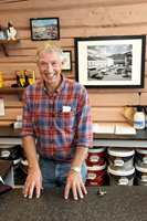 <b>REN OG PEN:</b> Einar Skontorp startet sin karriere hos fargehandler Odd Meyer i Tønsberg. – Jeg lærte at en selger må ha rene og pene negler, smiler 54-åringen, som åpnet dørene til Halden Farvehandel i 2012.